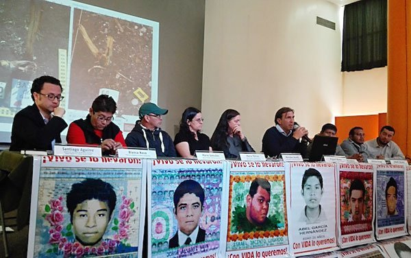 Forensic team and Ayotzinapa parents at today's press conference.