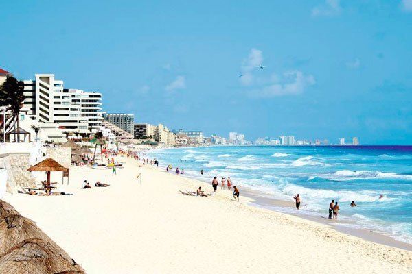 Cancún: reports of food poisoning.