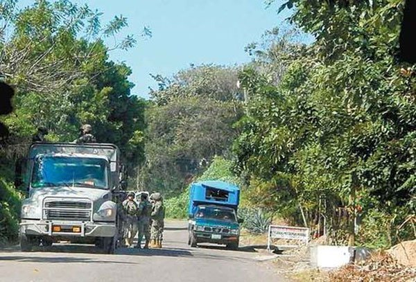 Federal forces man a checkpoint in Veracruz.
