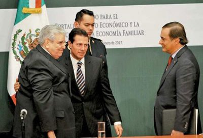Peña Nieto with two signatories to a new accord to support families. At right, the odd man out, Coparmex head de Hoyos Walther.