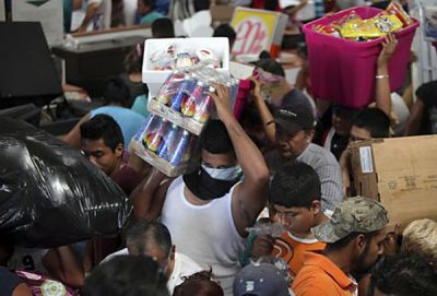 Looters at a store in Veracruz.