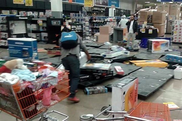 Looters at a Chedraui store in Nicolás Romero.