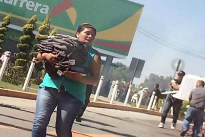 Looters make off with goods from a Bodega Aurrera store in the State of México.