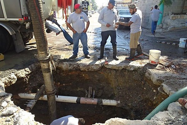 Jumapam workers repair a leak in Mazatlán.