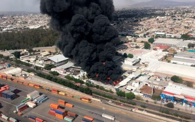 A paint factory burns yesterday in Guadalajara.
