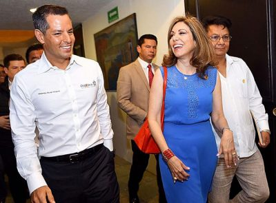 The governor and AMPI members yesterday in Oaxaca city.