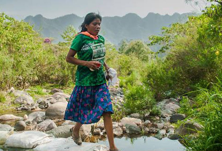 Rarámuri runner in skirt and sandals wins Puebla ultramarathon