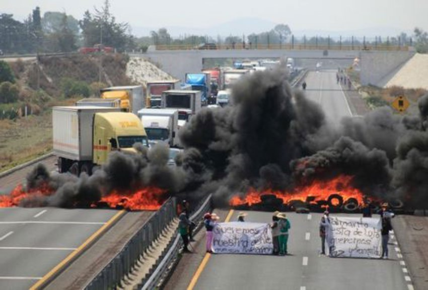 Palmarito residents block the Puebla-Orizaba highway today.
