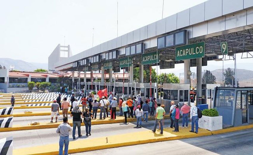 Teachers occupy the Palo Blanco toll booths yesterday in Guerrero.