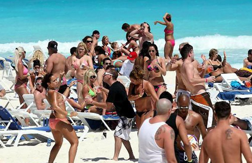Cancún beach: tourists and crime don't mix.