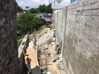 Retaining wall whose collapse is feared.
