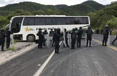 Hijacked bus on a Guerrero highway yesterday.
