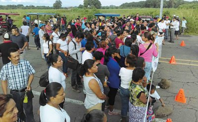 Parents at a Chiapas highway blockade yesterday.