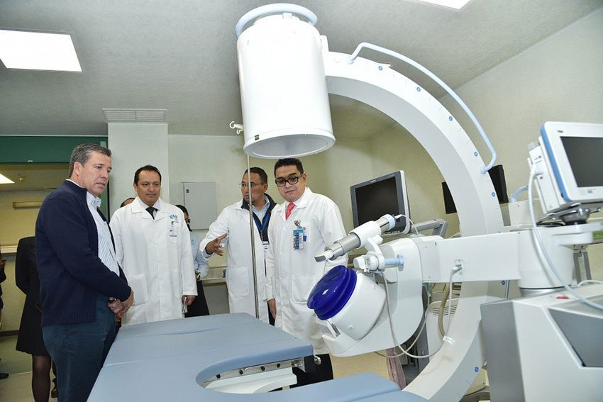 The governor, left, inspects the lithotripsy machine in Celaya.