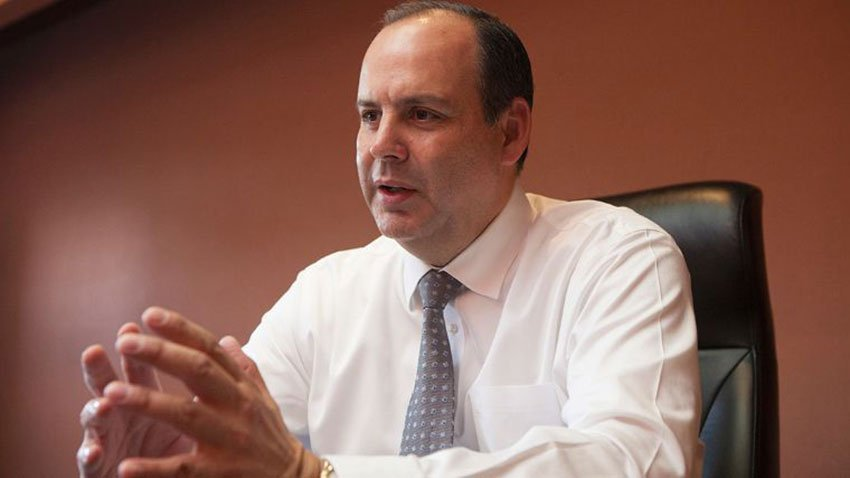 Business leader de Hoyos: insisting on wage increase.