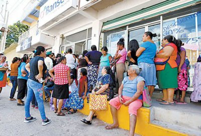 Card-holders line up outside a Juchitán bank.
