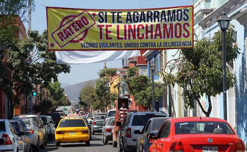 A Oaxaca banner offers warning to thieves.
