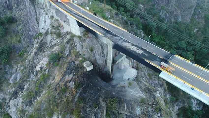 Damage to the El Carrizo bridge.