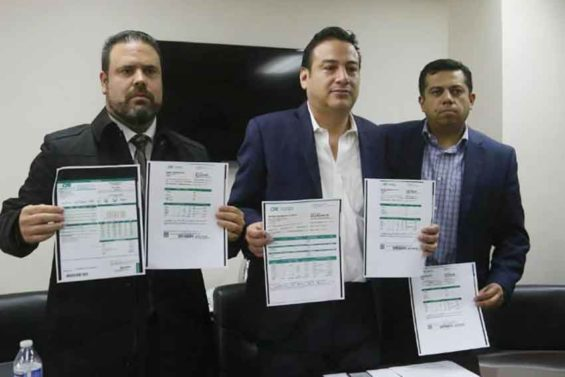 Industry leaders and electricity bills at a press conference in Tijuana.