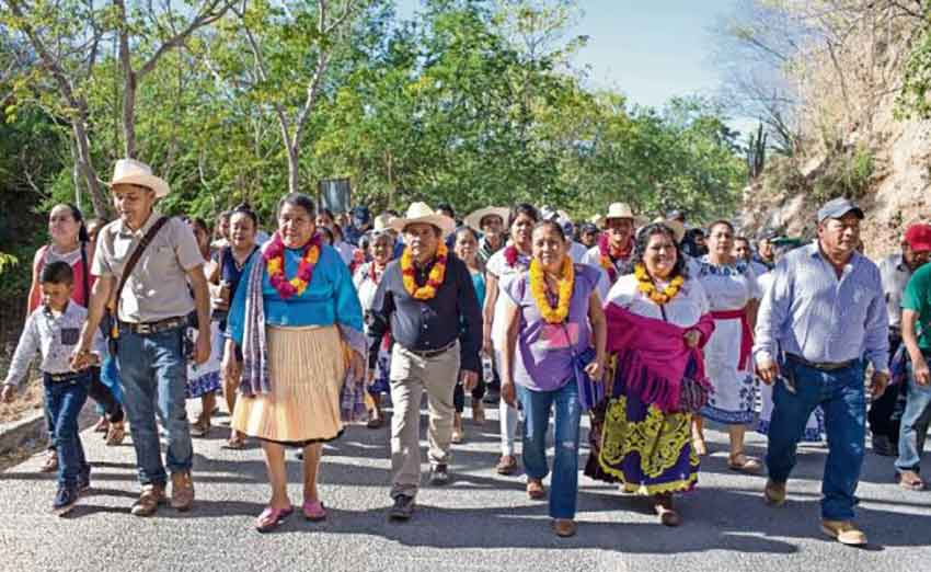 Indigenous candidate Marichuy marches with supporters in Michoacán yesterday.