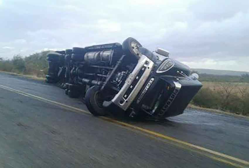 Overturned truck after strong winds in the isthmus region of Oaxaca.