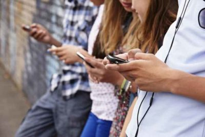 young people and smartphones