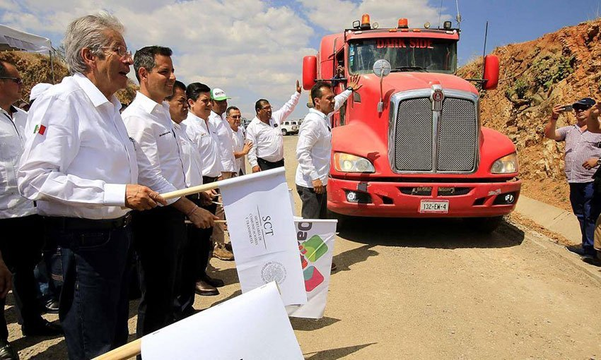 Ruiz Esparza, left, and Murat at a ceremony yesterday to restart highway construction.