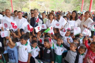 The Japanese ambassador with Chiapas students on Sunday.