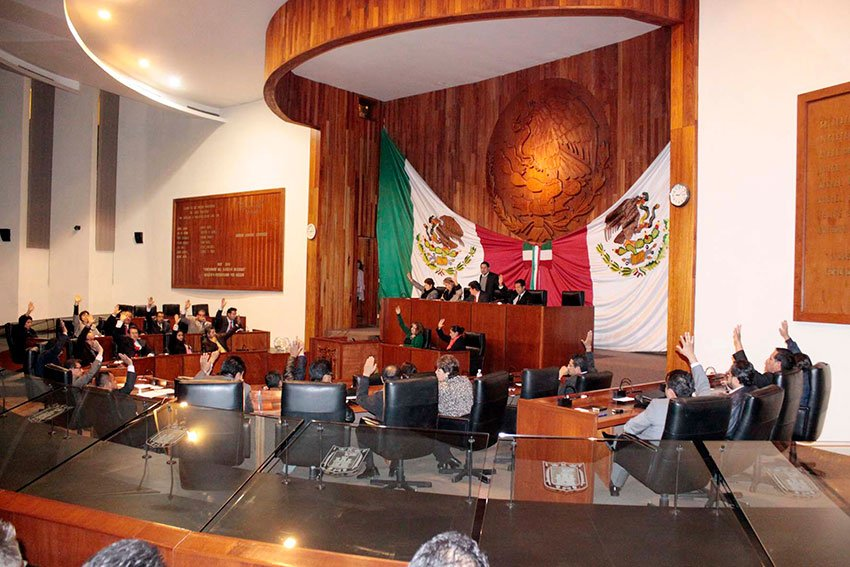 Tlaxcala's Congress: cockfighting motion approved.
