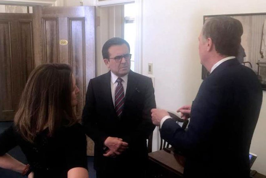 Guajardo, center, with Canada's Freeland and the US's Lighthizer.