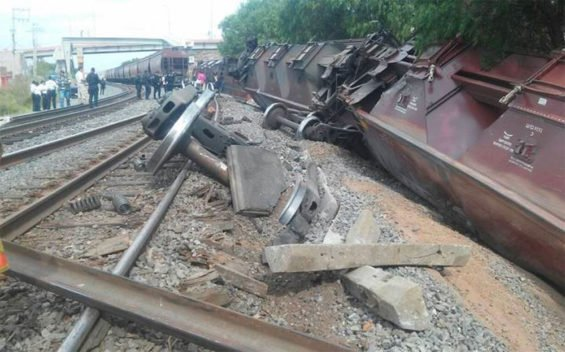 Derailed cars in Zacatecas yesterday.