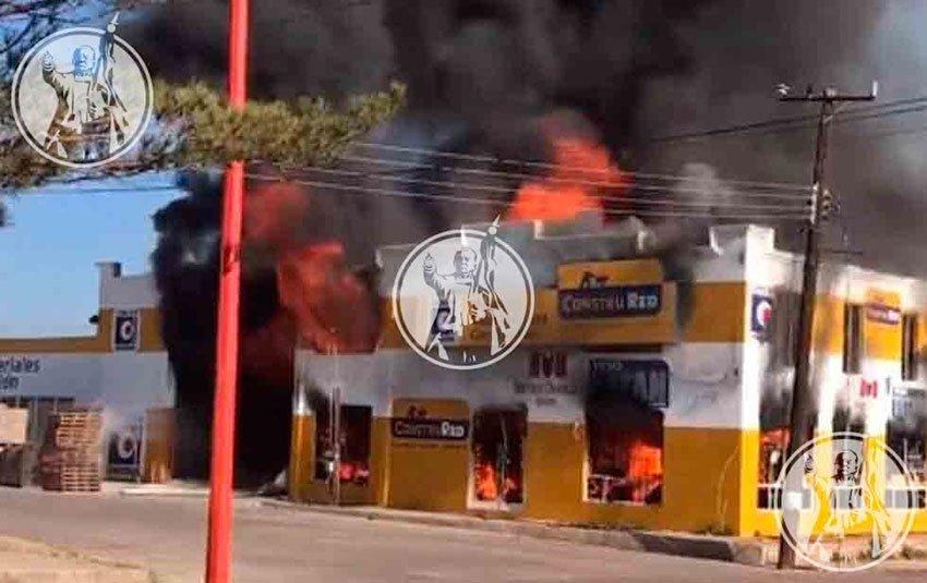 A building burns yesterday in Ignacio Zaragoza.