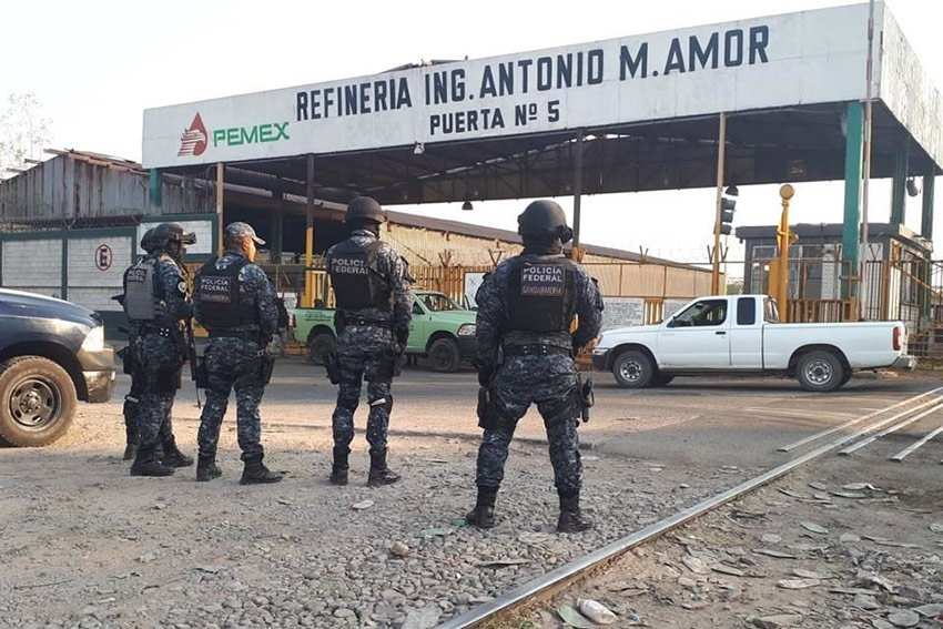 Federal Police at the refinery in Salamanca.