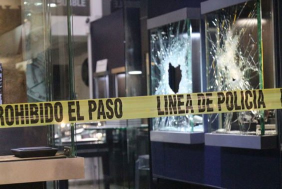 Broken display cases after the jewelry theft in Coyoacán.