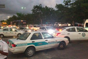 Taxi drivers resume Uber protests in Quintana Roo.