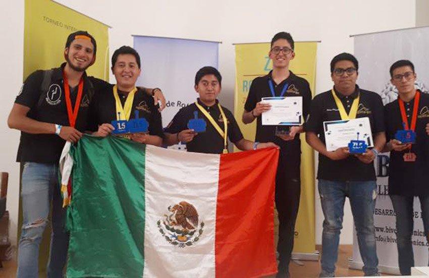 Medal-winning robotics students from IPN.