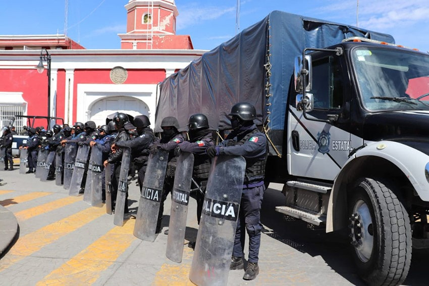 State police stand guard outside police headquarters in Ciudad Serdán.