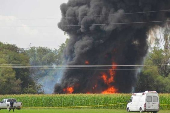 Black smoke fills the sky after the pipeline explosion in Querétaro.