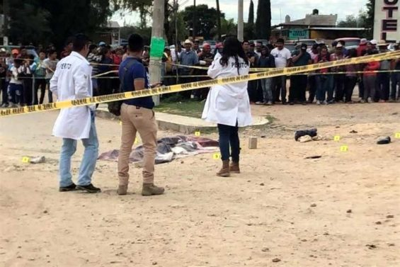 Investigators at the scene of yesterday's lynching in Hidalgo.