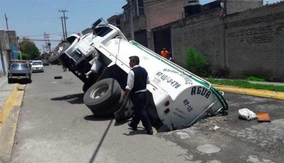 A water truck stranded in a sinkhole in Ecatepec.