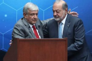 López Obrador, left, offers recognition to Slim at a meeting of engineers.