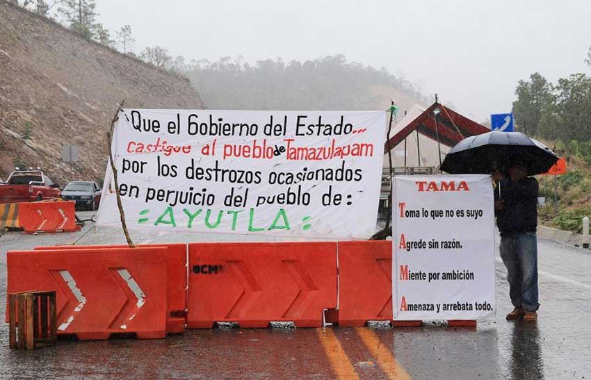 A highway blockade by Ayutla residents protests the water situation.