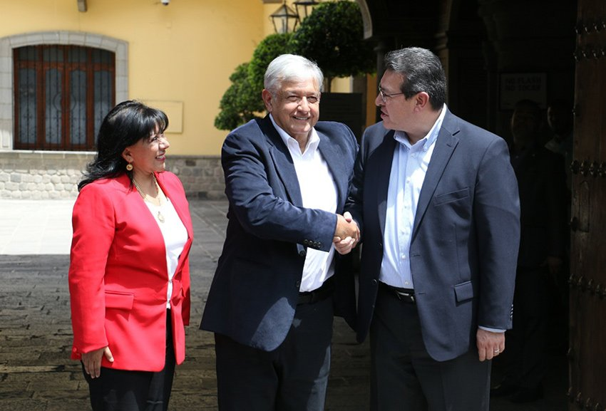 López Obrador, center, shakes on agreement with Tlaxcala Governor Mena.