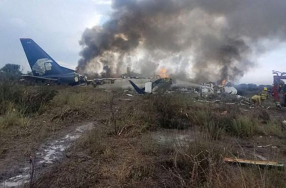 Aeroméxico plane burns after crashing in Durango July 31.