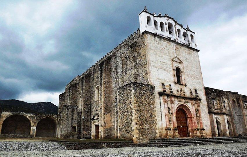 Santos Reyes church in Metztitlán, an example of a religious tourism destination in Hidalgo.