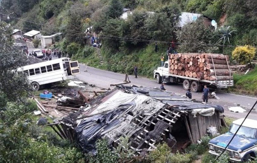 The site of the accident that killed 11 yesterday in Michoacán.