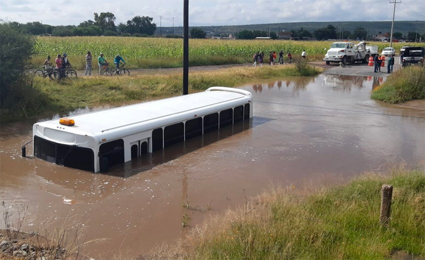 Flooding in Querétaro stranded a bus carrying students.