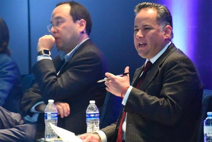 Nieto, right, speaks at a forum yesterday in Chihuahua.