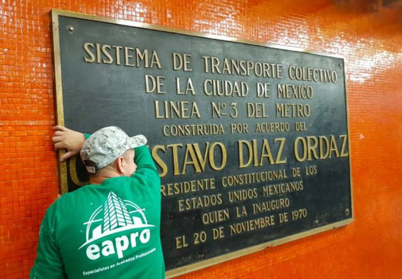 A plaque remembering Díaz Ordaz is removed in the Mexico City subway.
