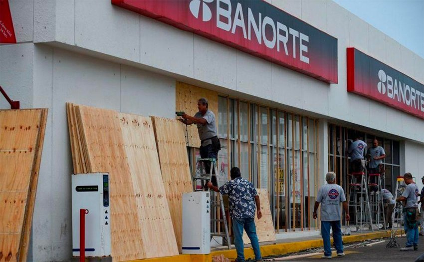 A Banorte branch boards up windows in preparation for Willa.